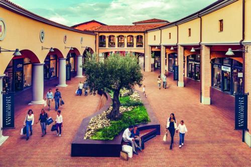 Outlet-Shopping: Etwa 50 km von Pian della Bandina entfernt